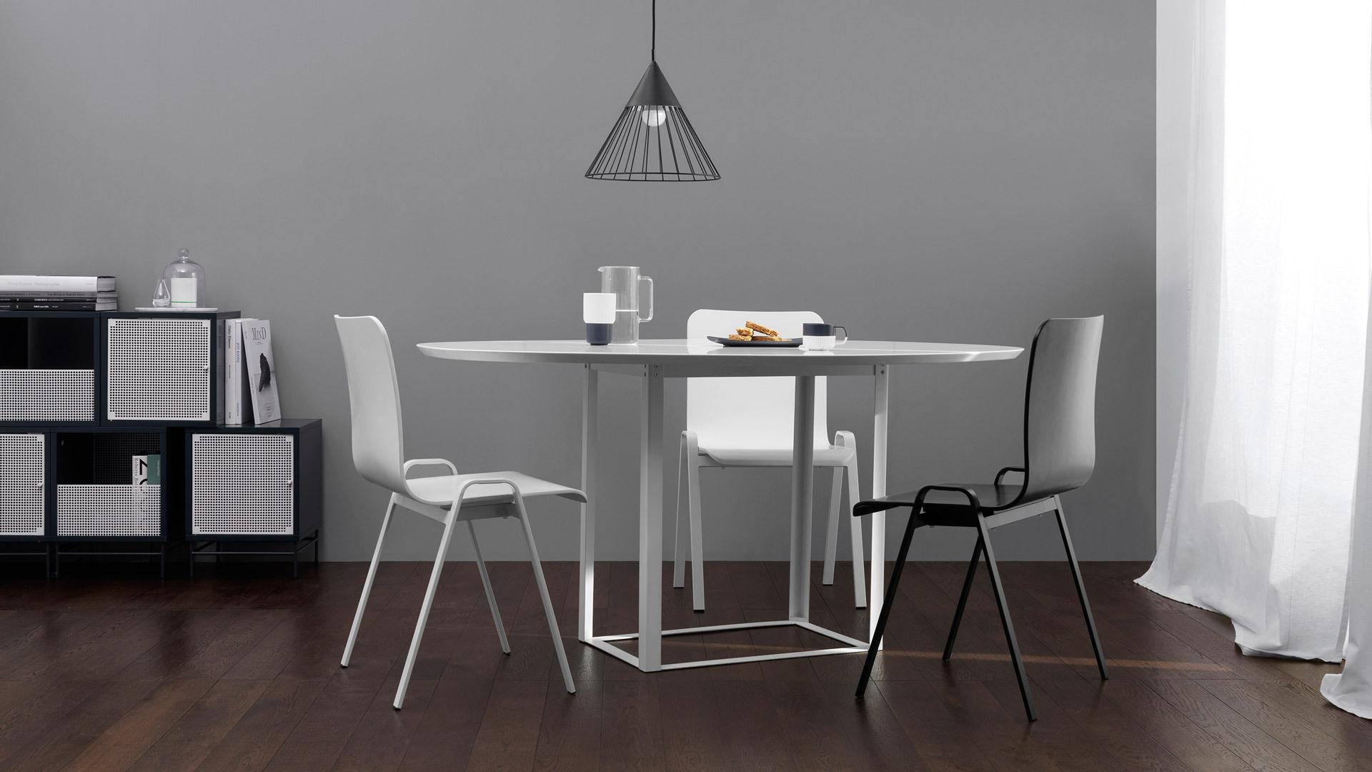 中性黑白空间简洁有力,借狐步小吊灯、随行桌与洛城椅的行云流线,理性中添一分柔美,不加修饰已自成一派。