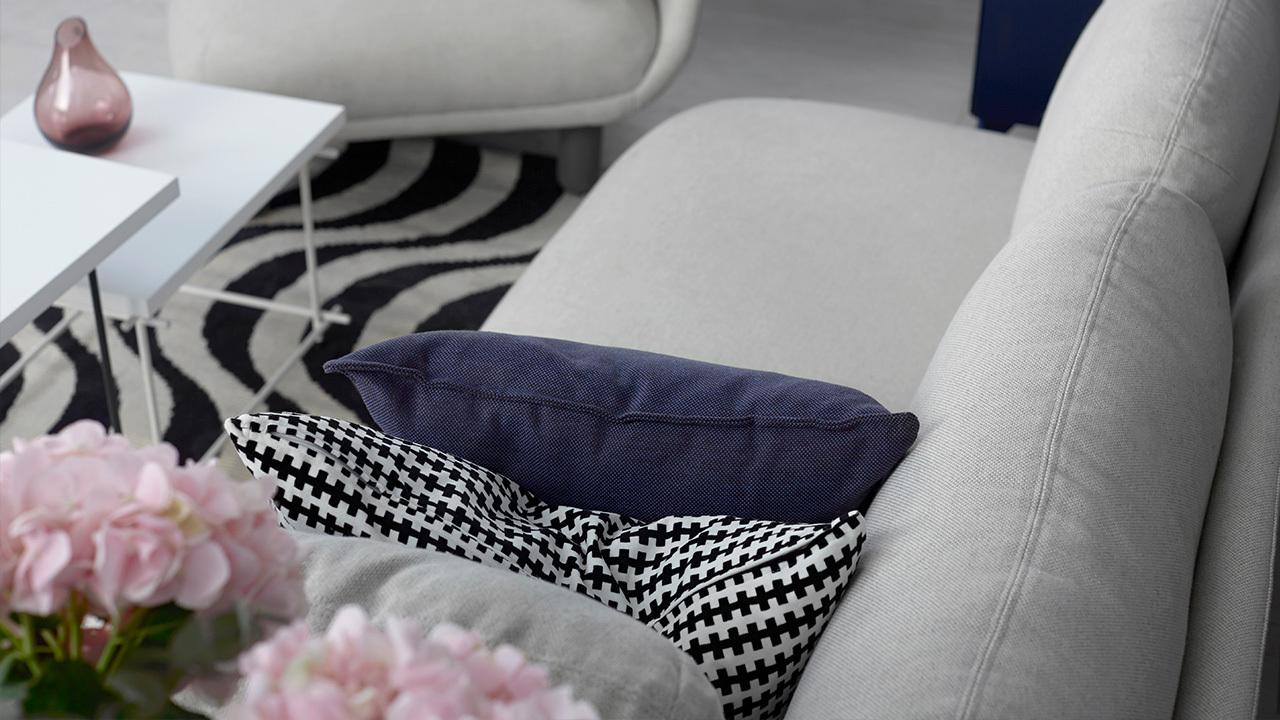 不打破房间的多层次灰调基底,还想多一层暖人的温度?灰粉色配饰是最理想的选择。一支瓶、两把花,心机就在最小的细节。