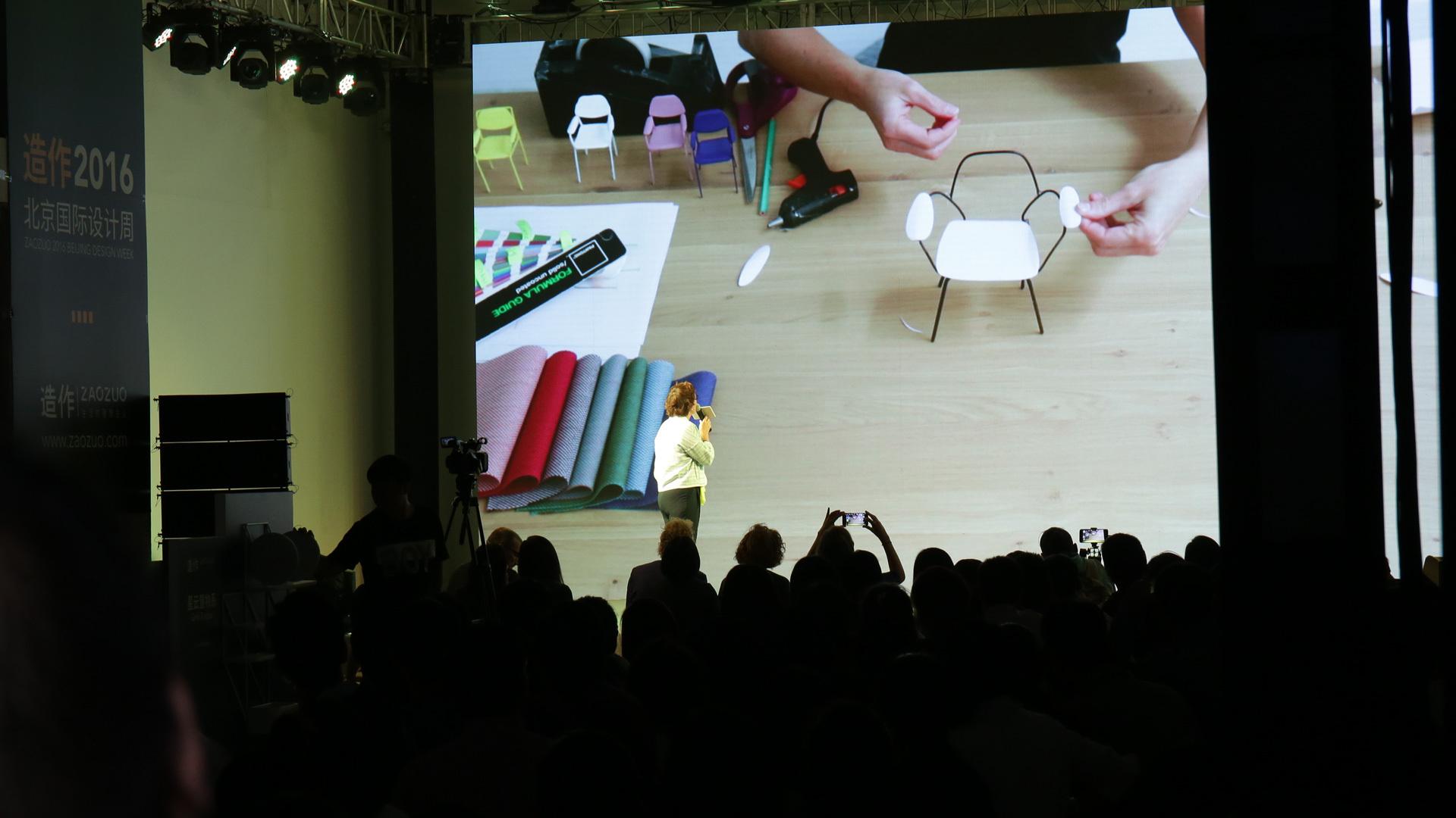 """9月27日,法国设计师Constance Guisset受邀来到造作@北京国际设计周 新品发布会,现场演讲并发布与造作合作的首款作品:百合椅,随后与设计师Luca Nichetto、Richard Hutten和Note Design Studio的两位成员,一同参加了造作以""""为世界设计""""为主题的论坛。"""