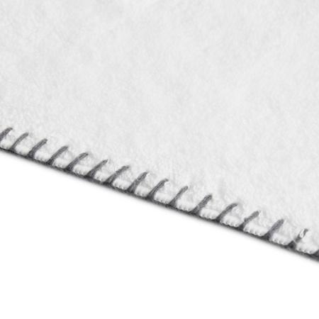 个性的撞色缝线紧密封边,匀称走线见细节