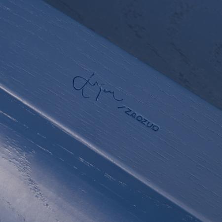 通体哑光漆面处理,桌下死角也不忘精致,180°翻身,便有备受推崇的瑞典设计师Jonas Wagell的亲笔签名