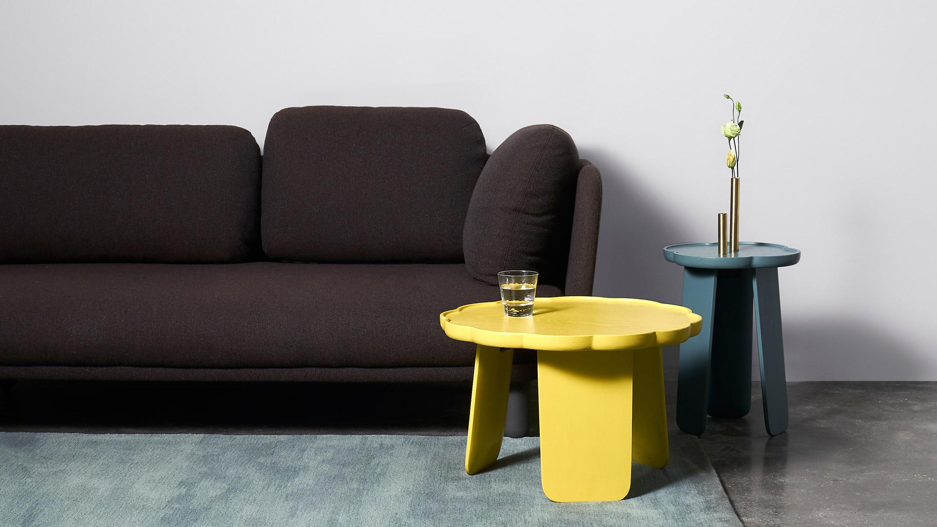 厌倦了平淡的客厅中心式茶几,不妨用高低两款亮色小桌错落混搭,为低调的中性色客厅缀一抹浪漫花香。