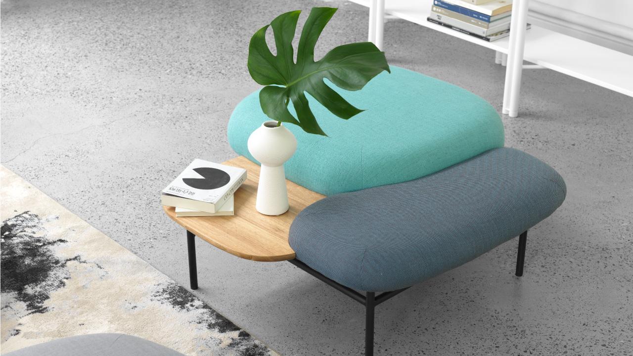 茶几不再是平淡无奇的配角,软糖沙发同系列茶几能满足随手置物、随意而坐的一切可能,绿植盎然的色泽点缀出空间活力。