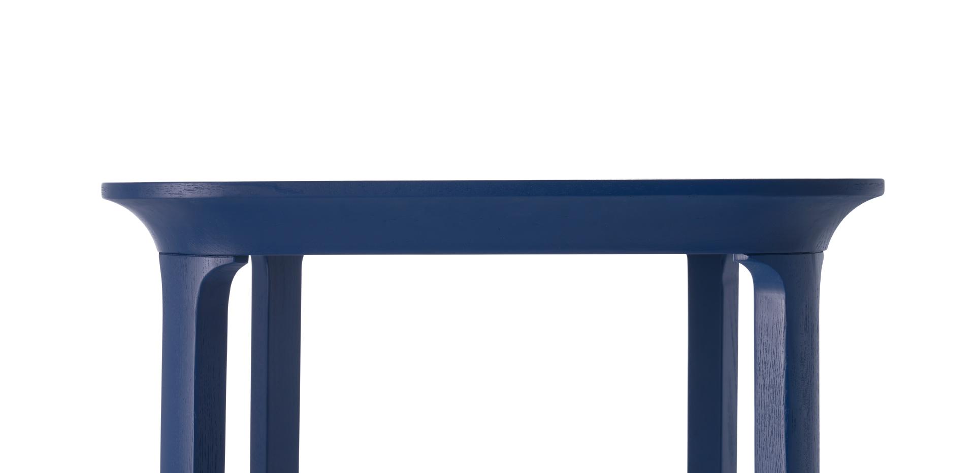 8处以上曲线处理,让木作造型趣味盎然。桌沿似屋角飞檐式边际线,抽象东方式的惊鸿一瞥,实木桌腿的弧度同样展现柔美曲线,结合顺畅桌面的圆弧倒角,形成飞扬律动的设计感。