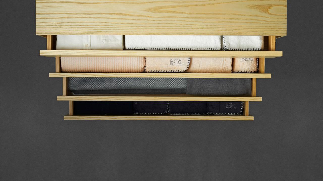 宽体四排抽屉归置杂碎物件,可折叠的日常织物或者陪伴睡眠的书籍都可存放其中,干净整洁的卧室给你更舒展的睡眠。
