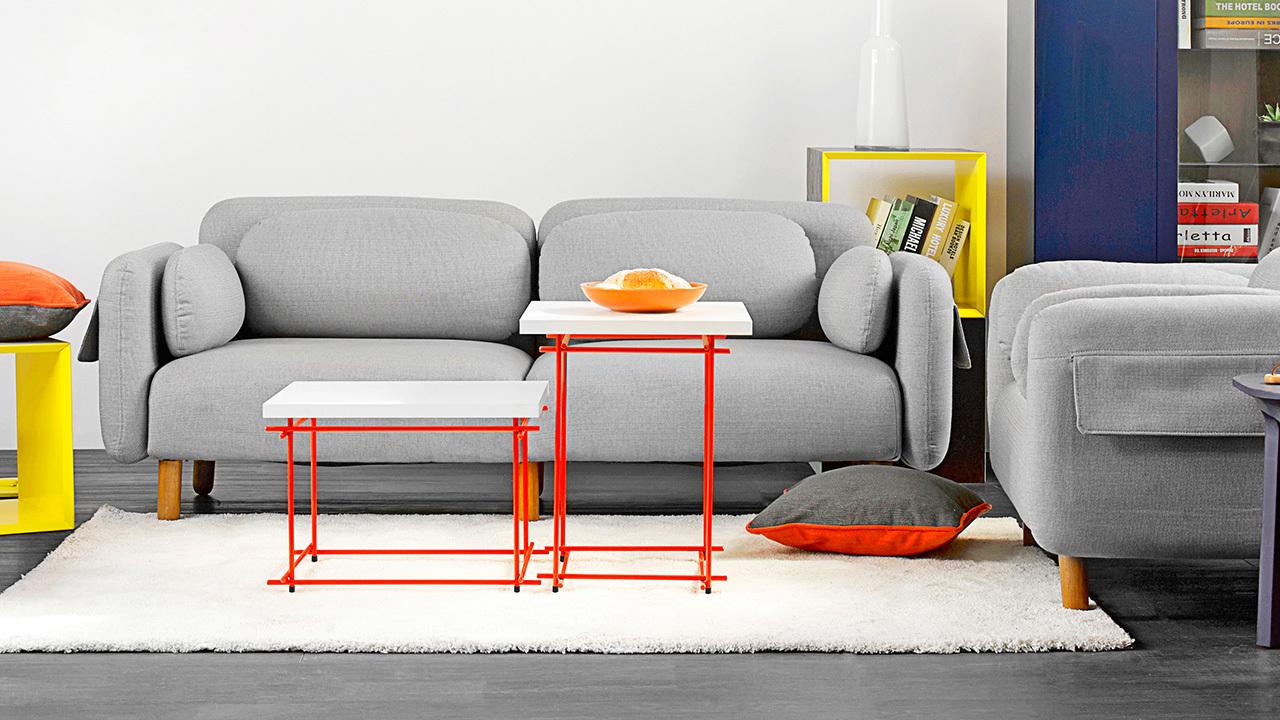 用轻盈通透的茜红色线几,代替市面上庞大笨重的茶几,马上点亮了沙发围合区。