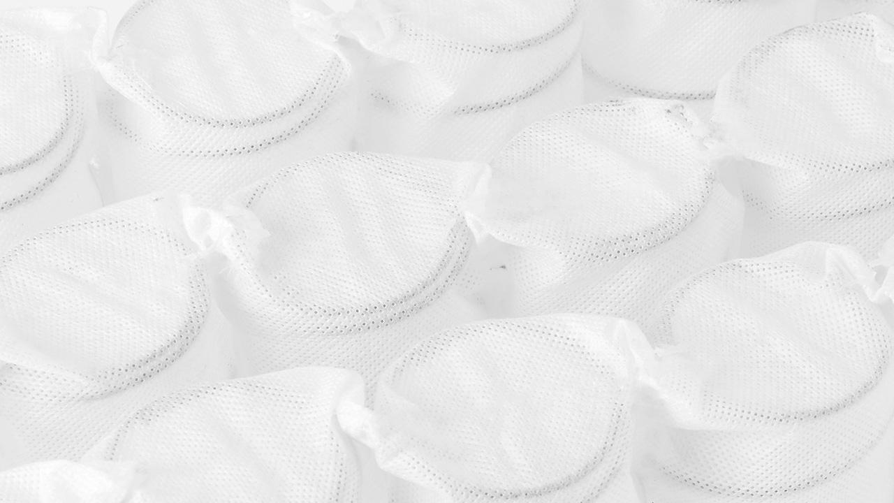 独立袋装弹簧采用经高碳锰钢1000~1100℃两次高温热处理打造,与普通碳钢相比,高碳锰钢高温热处理后不是变硬,反而变软,拥有更高的抗拉强度,弹性及柔韧性比一般弹簧更好,久用也不凹陷变形。