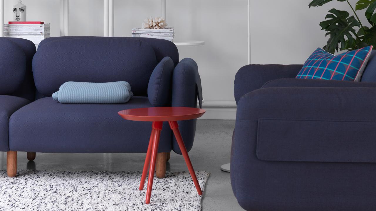 沙发边的轻盈伴侣,选择鲜亮色的画板小彩几,像空间的一抹唇膏,让深色鹅卵石沙发也变灵动,提亮气氛和活力。