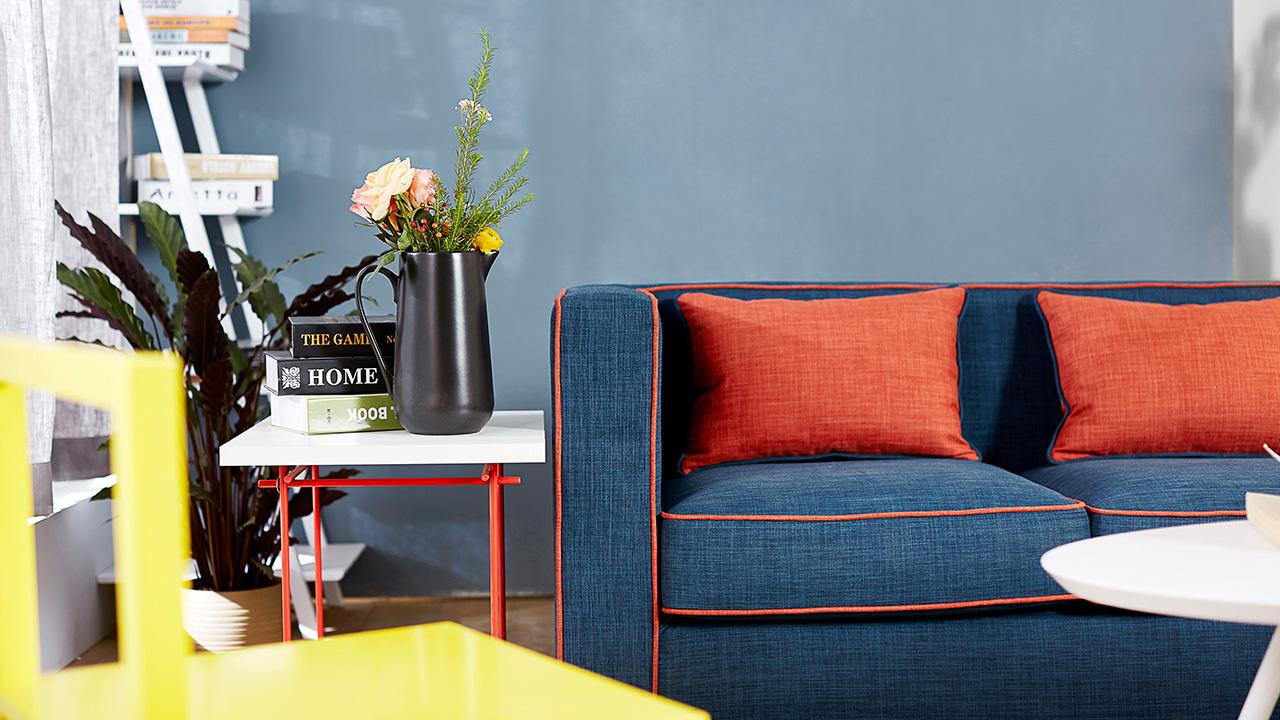 主沙发边除了加单人座沙发,亮色的单人椅也是非常流行的折衷混搭法,作业本柠黄椅让客厅颜色更具动感。