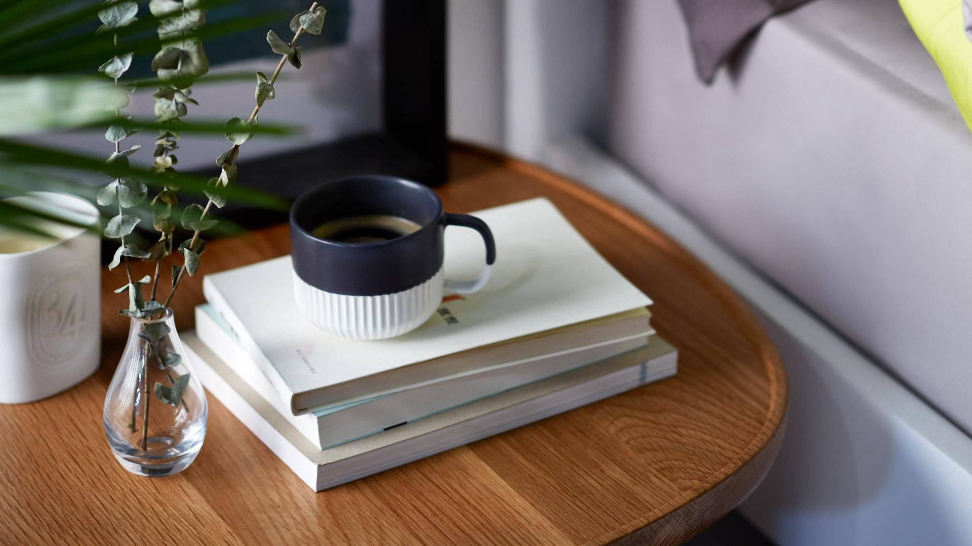 一天的始与终,从早间的一杯热牛奶开始,上午11点喝杯咖啡让身体打起精神,下午3点玫瑰花茶芬芳一个午后,尾声则萦绕在薰衣草茶香中,唇齿留香而眠。良时善度,日日与温润简素的杯子为伴,有它即是幸福与满足。