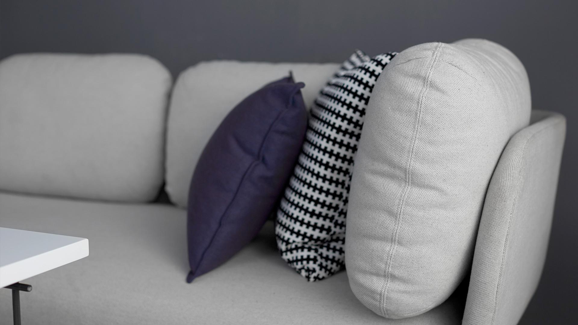 除了沙发自带的靠枕,不用介意再多加几个,但注意换成不同的size和其他的同色调,颜值和舒适度兼得。