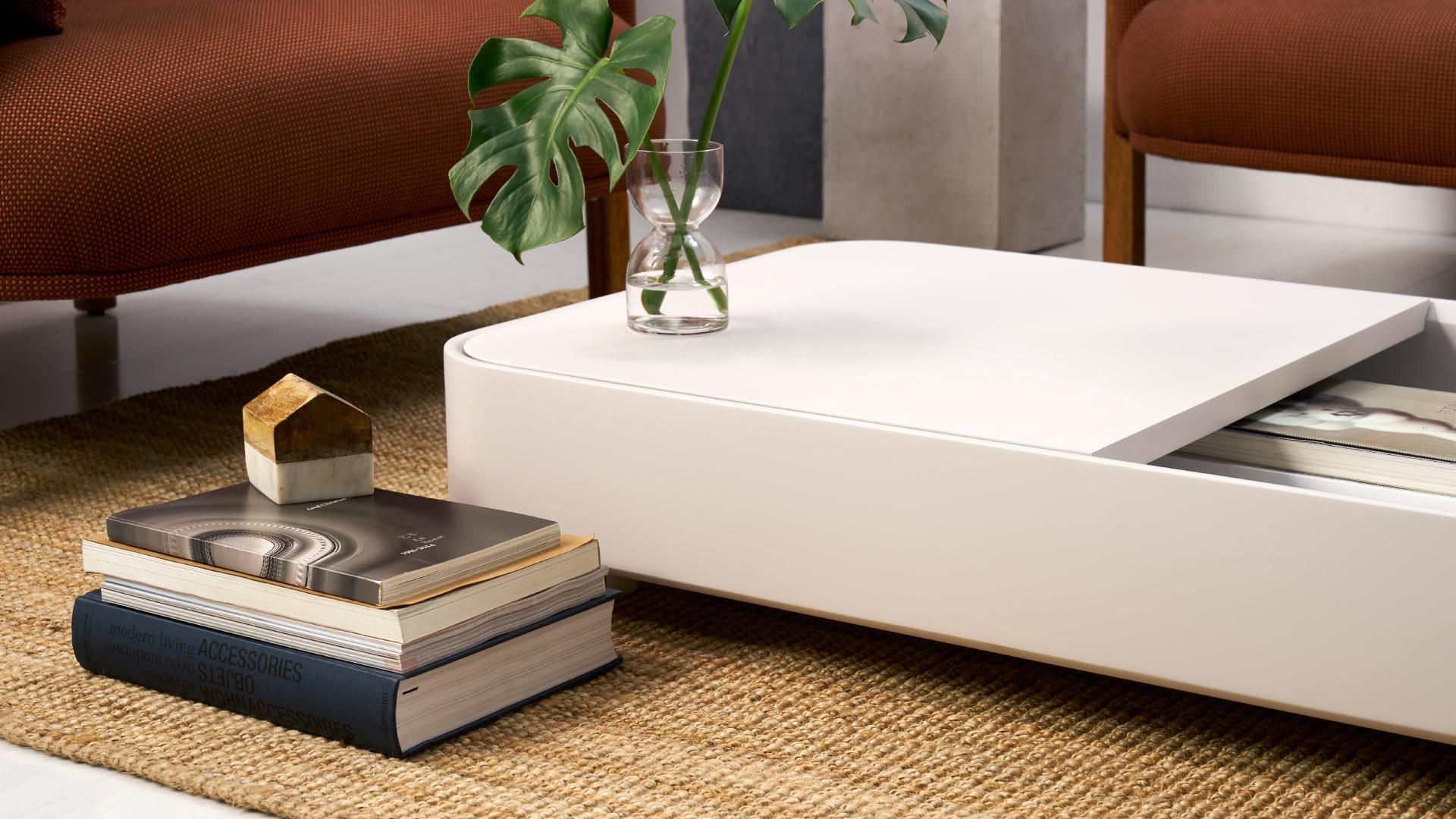 圆滑流畅的流线设计与低矮的落地尺度,腾出空间高度,客厅更加挑高空旷,超越一般茶几的原始属性,成为承载多重体验和视觉变化的开放空间。