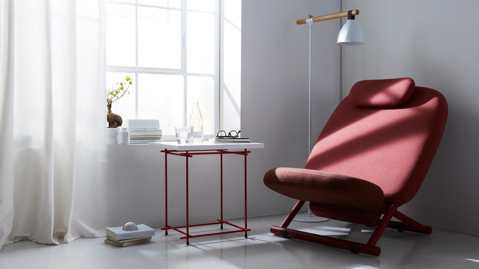 线条的极简构成,毫不堆叠的轻盈形式感,和西竹躺椅、鹿铃地灯组合而成的阅读角,带来线条最美的家中一隅。