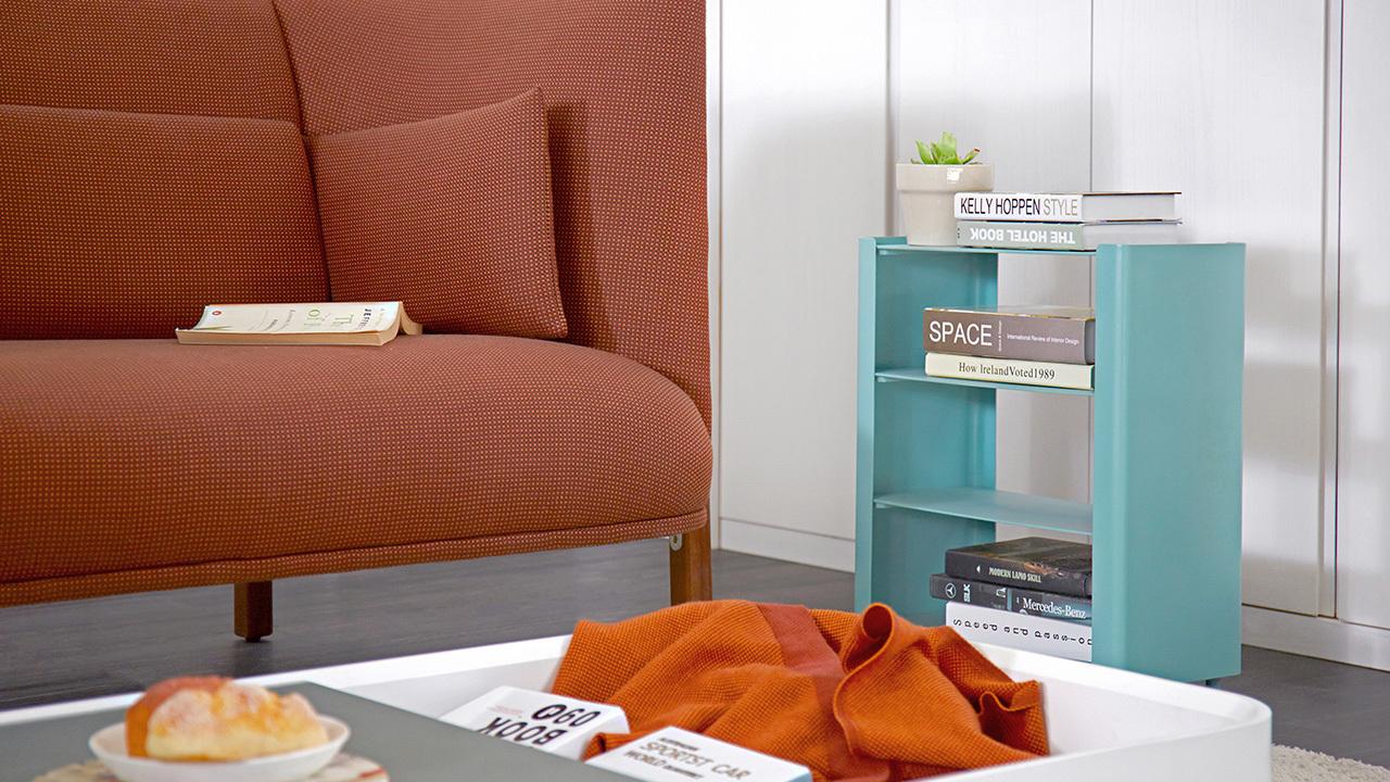用金属材质的三层边柜作为沙发边几是更现代的做法,呼应COFA的质感格调。