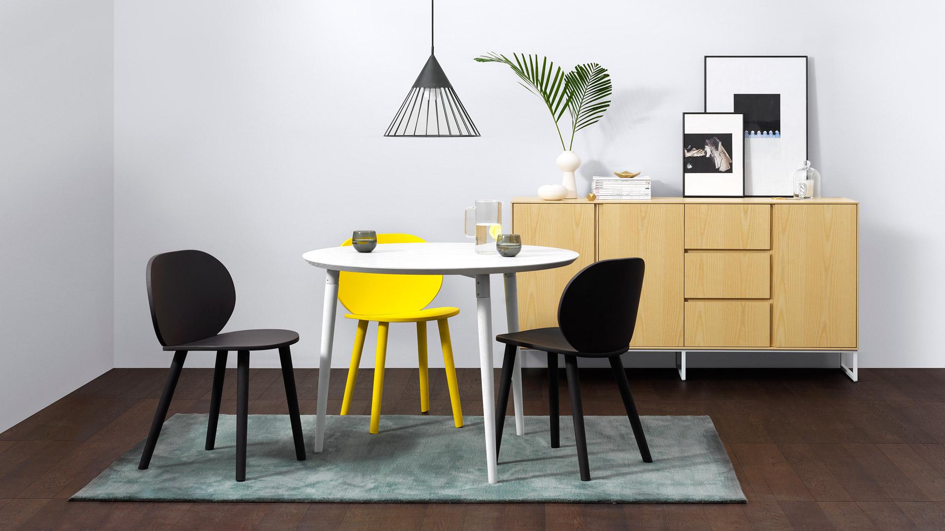 餐厅与客厅的开放式空间,可以大胆用地毯来划分区域。抹绿色天然提亮餐桌餐椅,让客厅温度更明朗。?x-oss-process=image/format,jpg/interlace,1