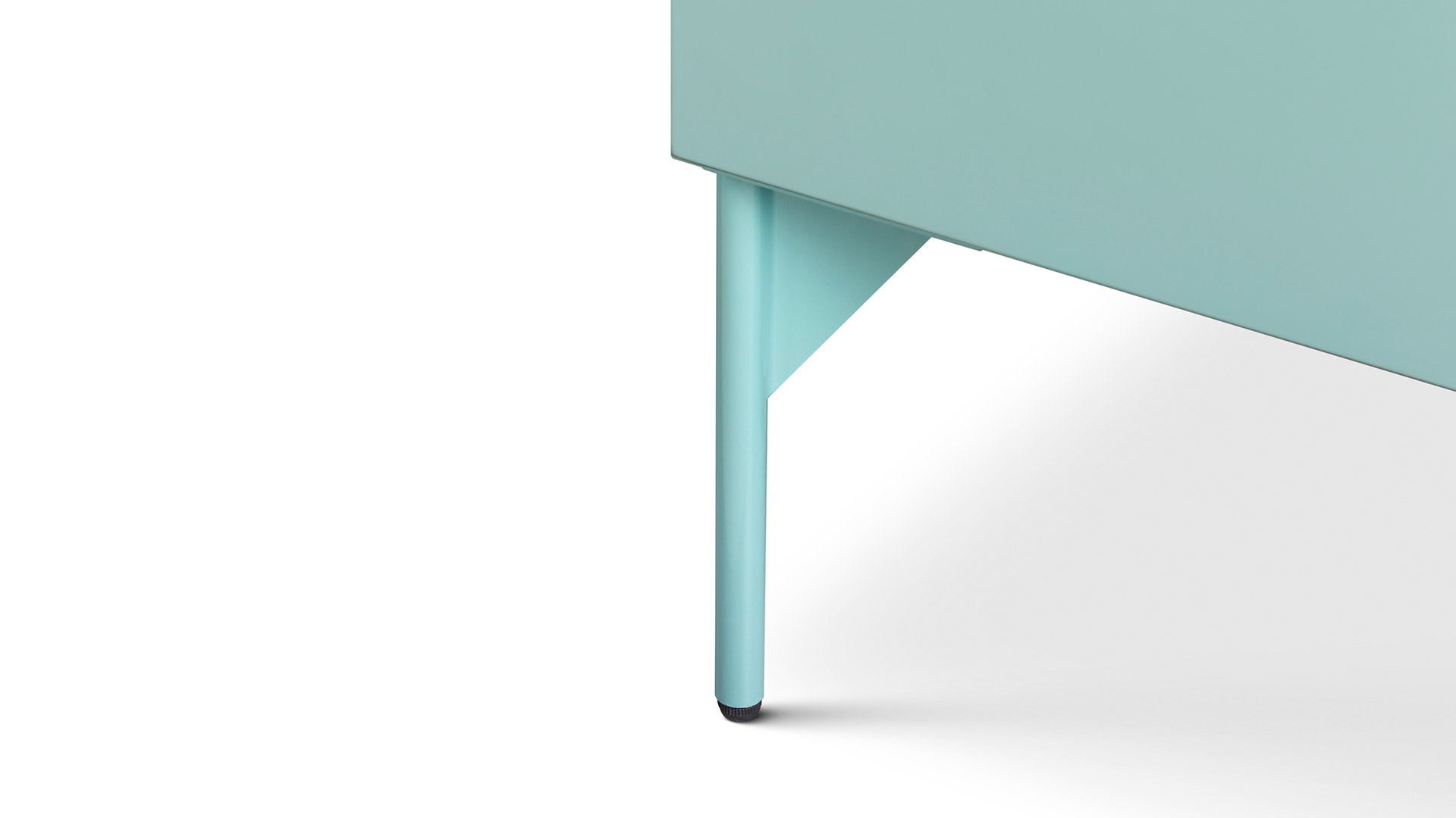 稳固的焊接结构实心圆钢腿,采用45°内切支撑,呼应柜体45°拼角,升级版四角均增加调整脚垫,适应高低不平的地面,优美与稳定兼得。