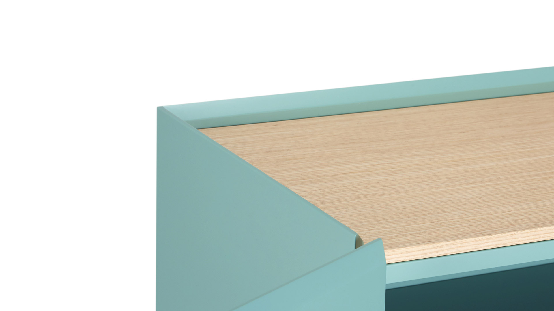 柜体顶板双层质感结构,上下两层不同厚度采用撞色处理,清漆覆盖的水洗橡木木皮呈现哑光质感,与四边45°斜坡精美呼应。顶板的每一次开启都带给你跳动的视觉张力。