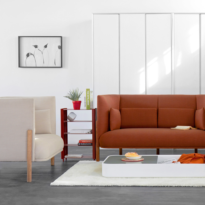用同一款沙发COFA的两人座与单人座围合,红棕格和月灰格奠定雅致的基调。