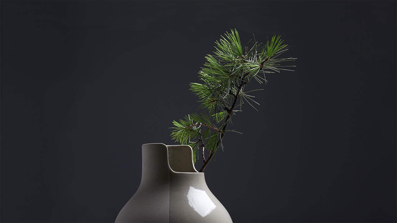 一半裸瓷一半透明釉的创新设计,赋予瓷瓶两种生命的质感,从不同光面,为插花与房间装饰带来新的视觉冲击。
