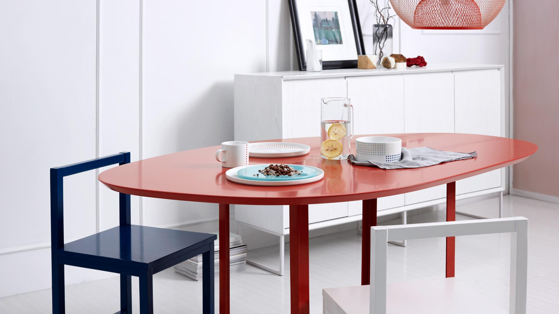 每个房间的色彩不一,展现出各不相同的空间气质,张扬的茜红、沉静的海蓝、清爽的白色,明丽的色彩对比搭配倾注了对生活的昂扬热情。?x-oss-process=image/format,jpg/interlace,1