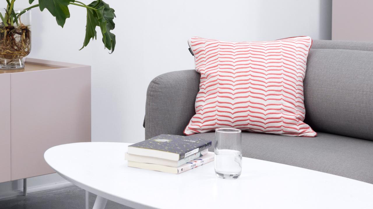 随意摆都是亮眼点缀,灰调沙发搭配细语的一抹明快色调,素净空间也立显活泼。