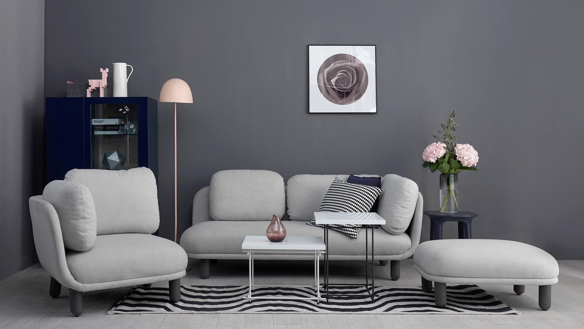 高级灰的客厅墙面,试试用灰白格的云团沙发围合来衬托,多层次的灰调,为客厅奠定性感视线,连冷淡都变得高级。
