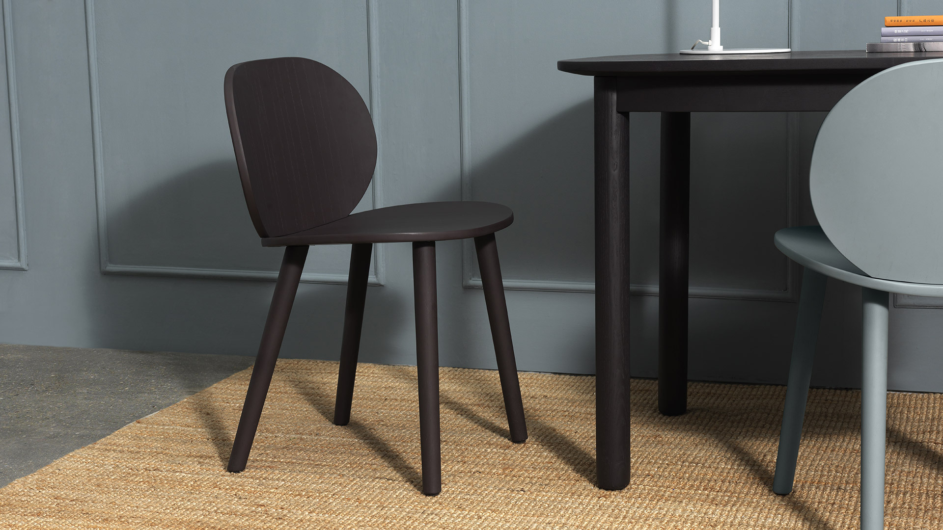 搭配Jonas Wagell同系设计的瓦雀长桌,呈现个性鲜明的现代空间,独具创想的趣味椅型,调和伏案时的沉寂氛围,让灵感像曲线一样轻巧涌现。