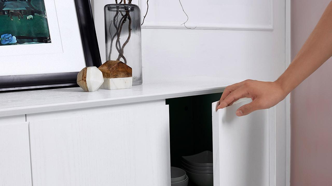 """无把手柜门,内抠式的开启方式,只留""""线与面""""的柜体设计,最大限度地收敛外观,达到极简美感,低调无声的默契,在每一次开关中传递。"""