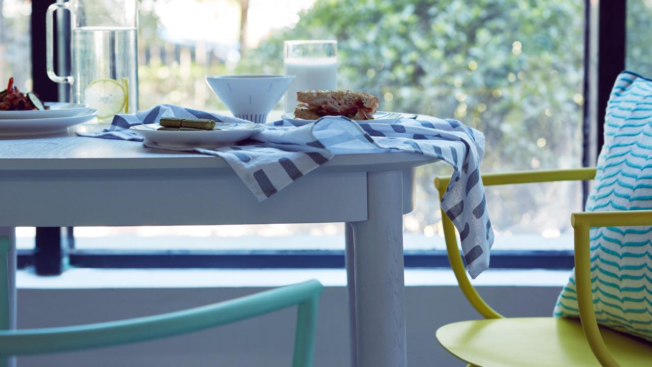 不刻意追求整齐,浅色瓦雀方桌与白色碗碟相得益彰,随意摆放的精致餐食,绵长整个下午时光。