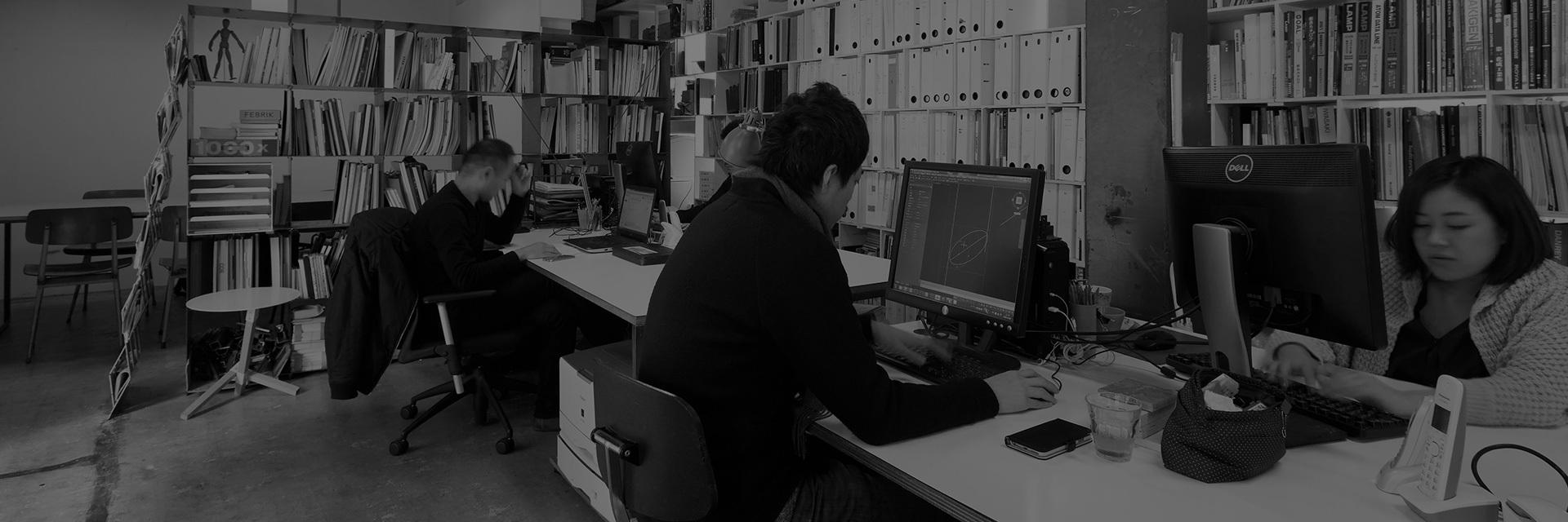 Keiji Ashizawa,建筑师、室内设计师、家具设计师,目前工作生活于日本东京,1995年毕业于横滨大学建筑专业,2005年于东京成立工作室Keiji Ashizawa Design。从大学毕业到正式成立工作室的十年时间里,Keiji专注于建筑设计及钢铁工艺,十年的实践经历,使得Keiji对钢铁材质的价值有着更深入的理解,同时也在实践的过程中获得了一些独特的技巧,这些积累都在之后延伸影响了他的设计方法。 Keiji的家具设计,简洁,明了,不论是组装的成品,还是拆卸后的部件归置,都体现出其精细的匠人之心。