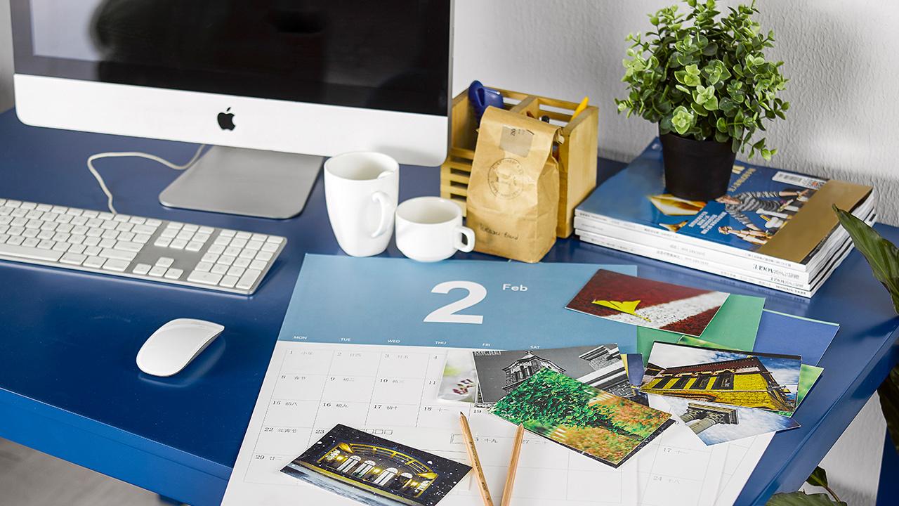 造作每一天月历,12个月12种颜色,宽大的留白帮你有序地安排工作,随手置于桌面或者挂在墙上都无妨。