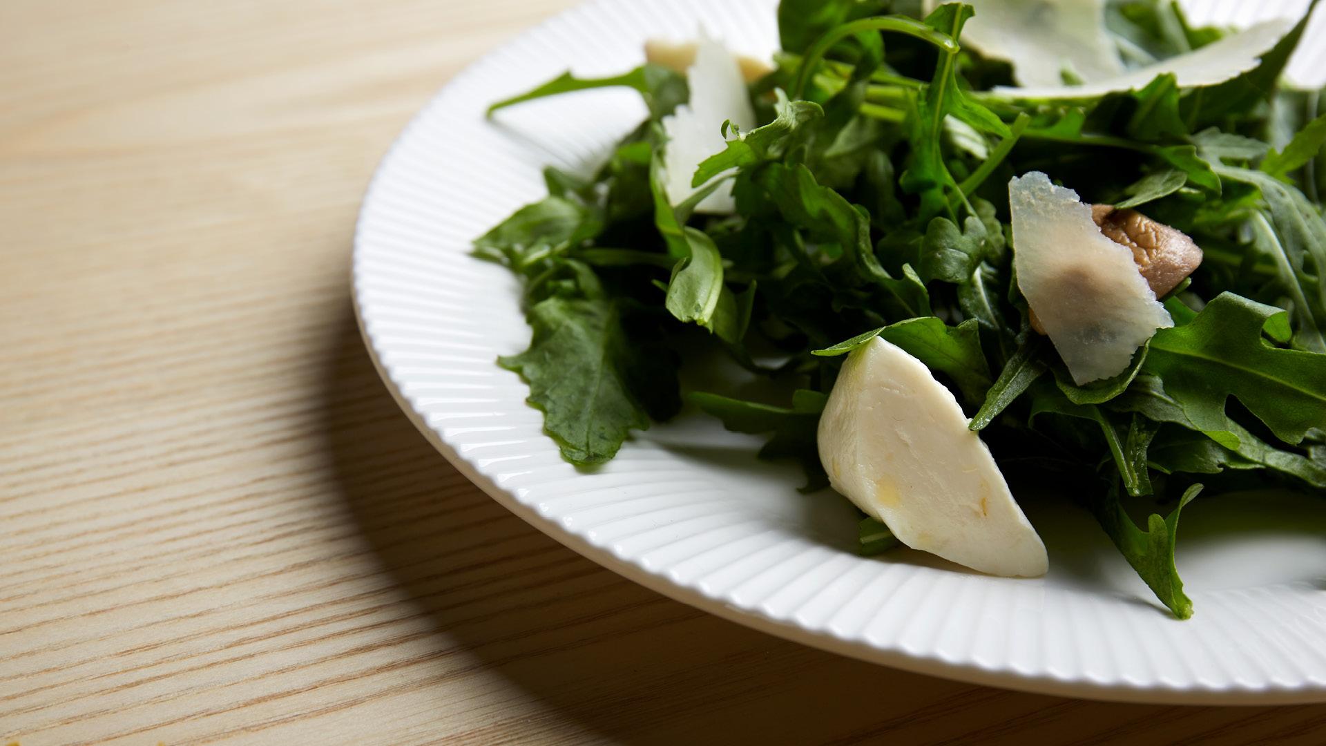 1.选白瓷餐具:简单清爽,衬托食材原色,展现蔬果的新鲜气息和自然色彩。