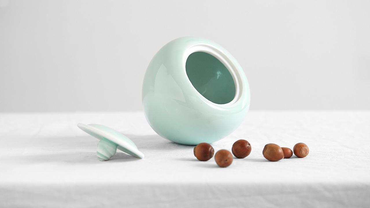 削下的苹果皮,卷起来当作瓶盖的提扭,既方便常用小物的存取,也带来妙趣的触感和观感。