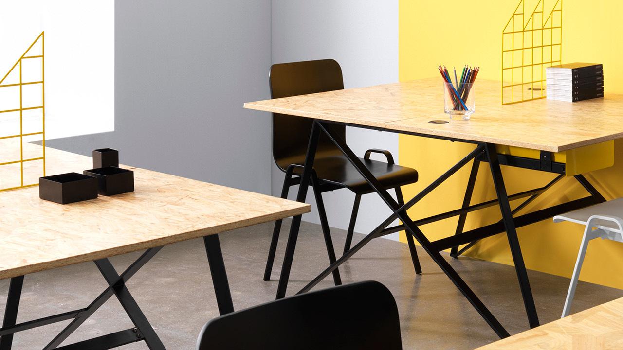 多张双人位的空间平铺,木作与金属的质感被彼此放大,与同样设计语言的洛城椅呼应搭配,让单调的大型办公空间焕然一新。
