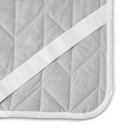 床褥背面设计有4个长40cm,宽3cm的松紧带,适合与多种厚度的床垫固定