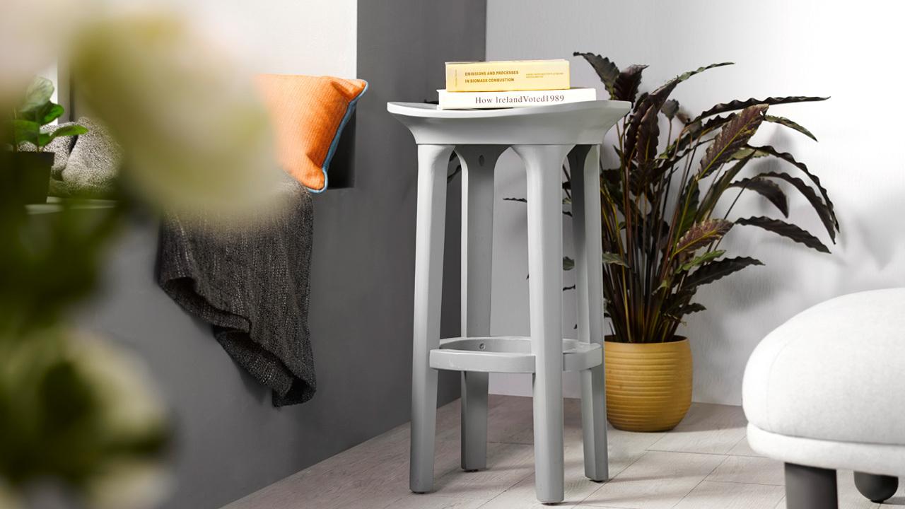 在沙发围合的外延加入线条通透的瓦檐小凳,在增加客厅落座可能的前提下,让空间更有层次感。