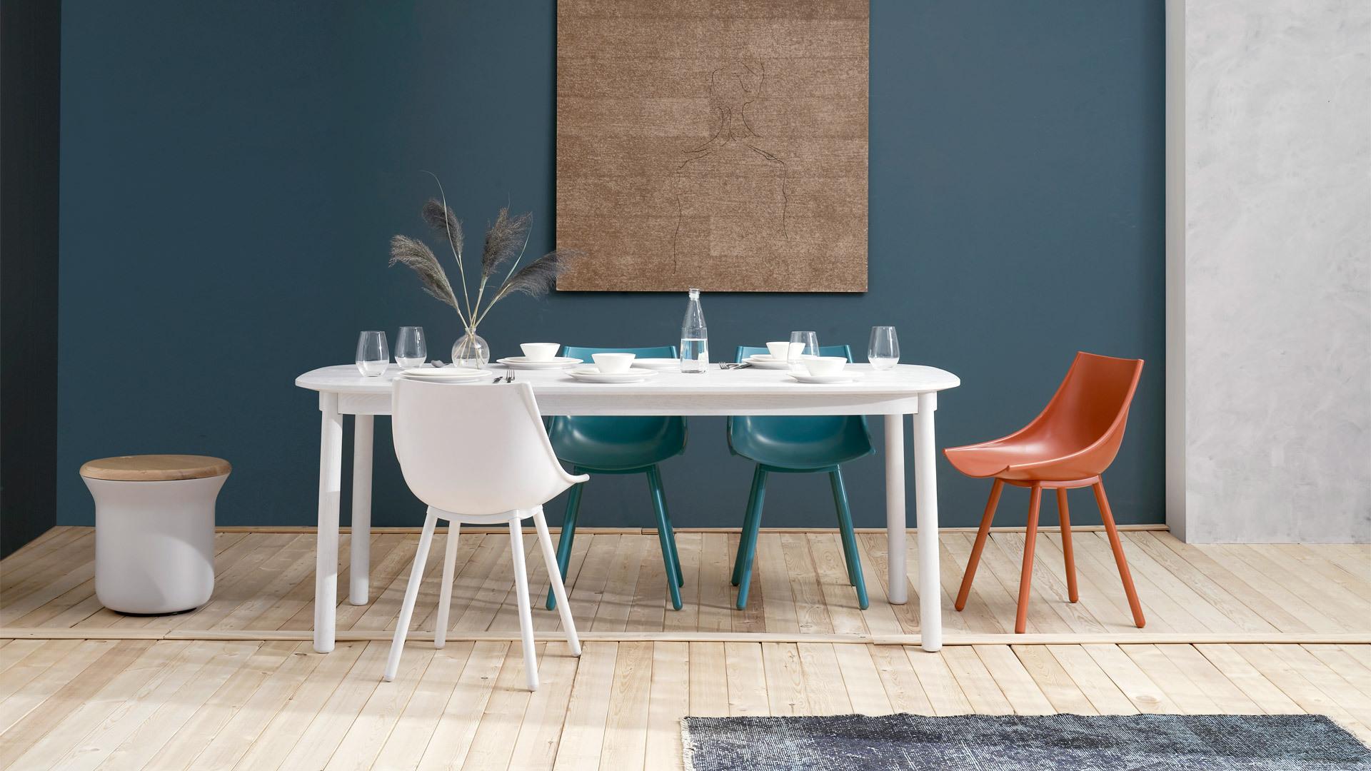 8人用餐大桌,围坐一室温馨