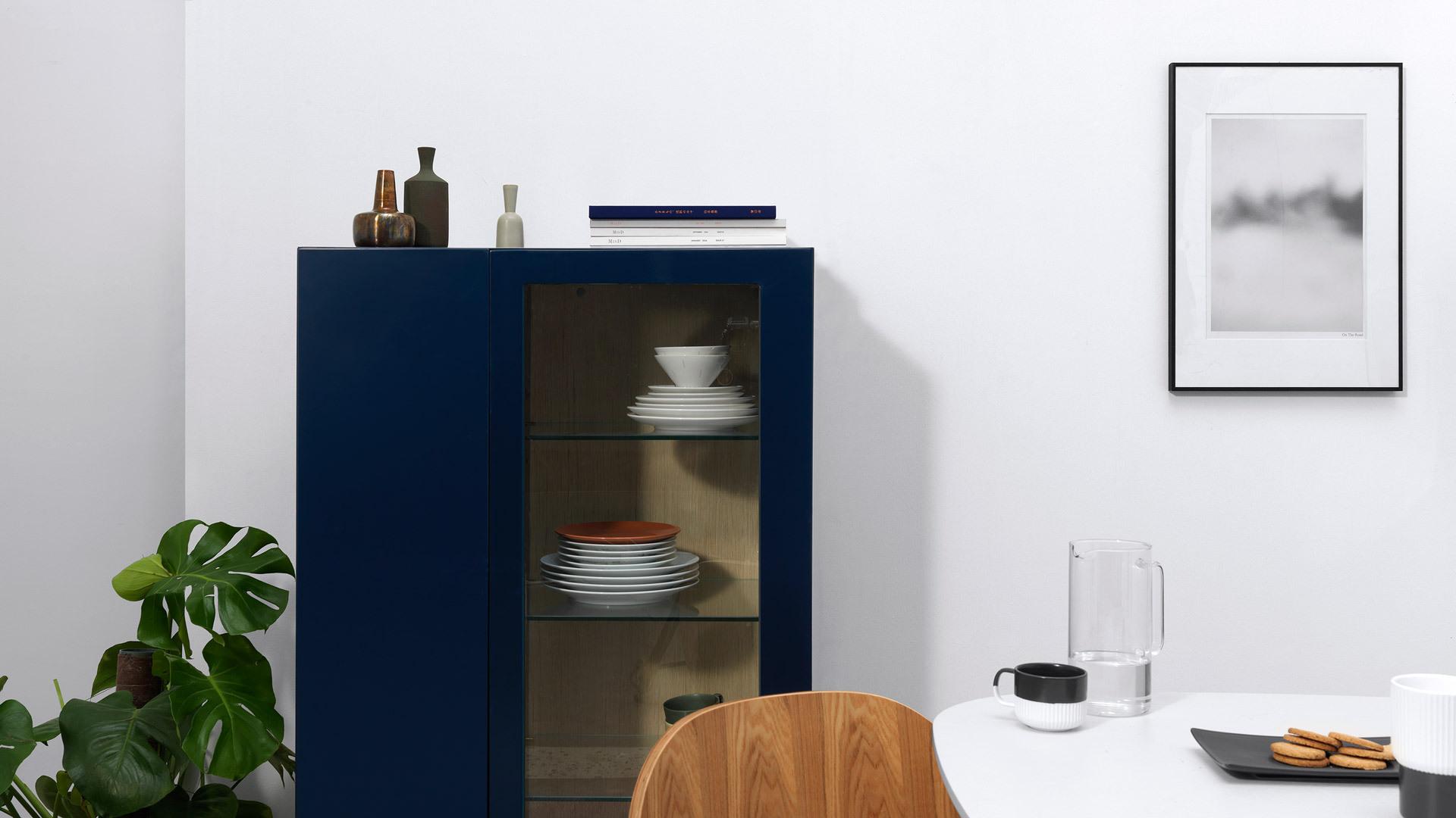 如果餐厅空间有足够余地,单独置放于4人餐桌旁,能带来纤柔的气氛烘托效果,充足的收纳空间,为餐盘、酒杯找到优美陈列处。