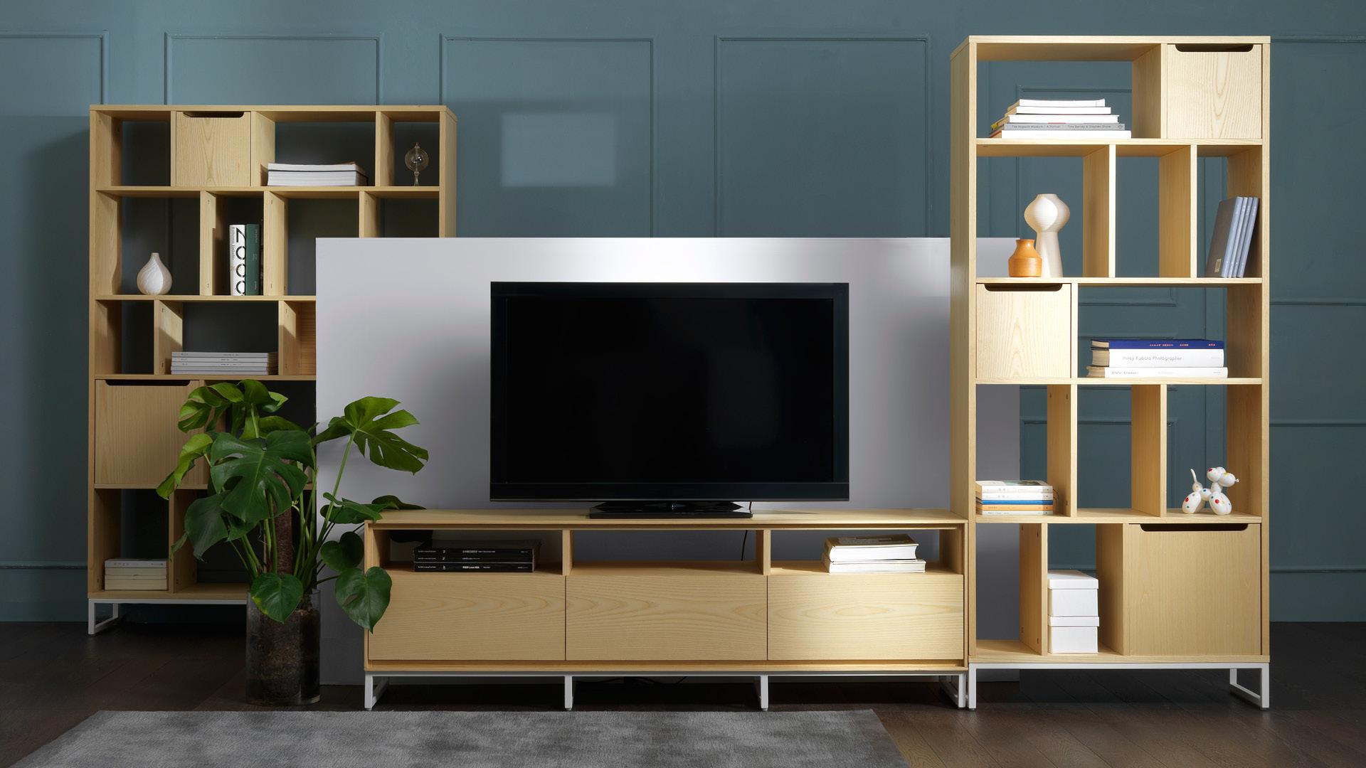和同色系书架并排连用,让客厅影音区更具体量,全方位实木贴皮带来的温暖质感,看得见摸得到的白蜡木皮,托起全家的融融暖意。?x-oss-process=image/format,jpg/interlace,1