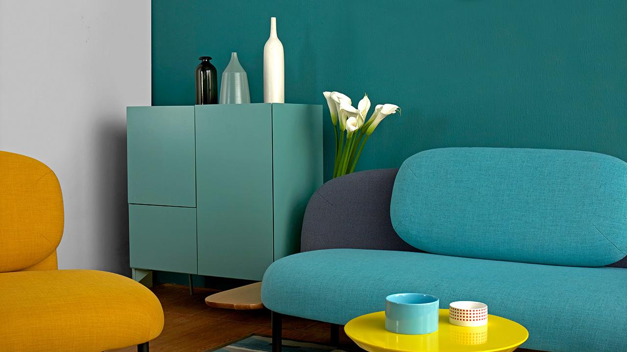如果把墙面都刷满,空间会显得呆板压抑,留一面白墙的清爽,跟雀绿对比,划分出空间的平衡。饱和度较高的明黄和雀绿互为对比色,用明朗色块对撞出趣味。