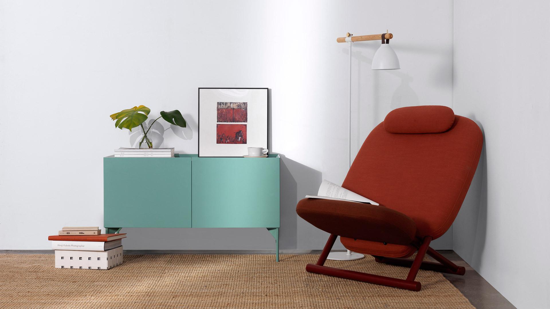 低垂稳妥的柜体重心,给任意休闲角一个视线齐平的安全陪伴。收敛精致的身形,一个恰到好处的装饰角,最大限度利用紧凑空间。