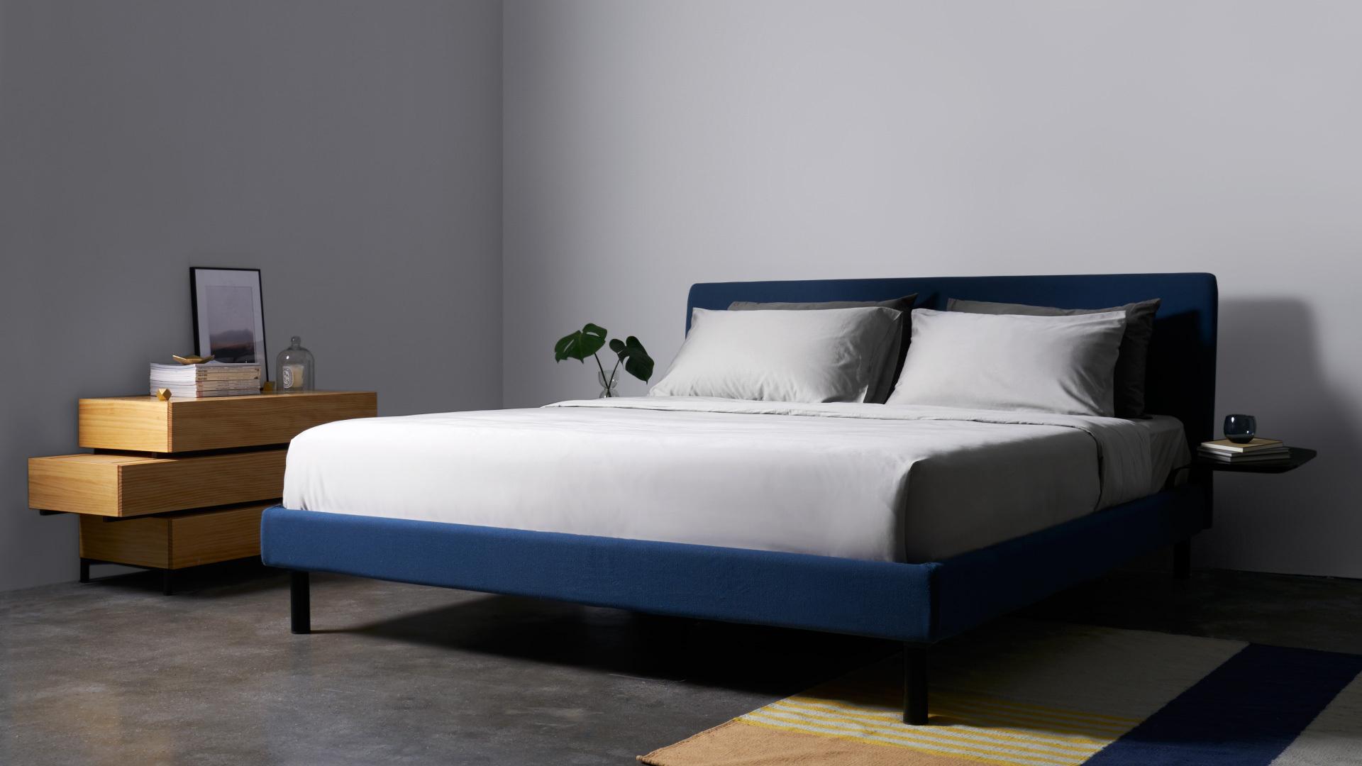 用沉稳雾蓝作为卧室的色调,搭配木色流方柜,视觉上静谧温婉,转瞬间扫除了一天在外奔波的喧嚣烦扰,享受睡眠的安逸温暖。