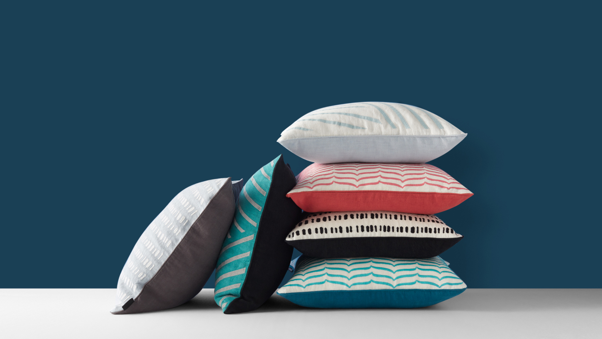 细语苎麻刺绣抱枕 | Murmur Cushion