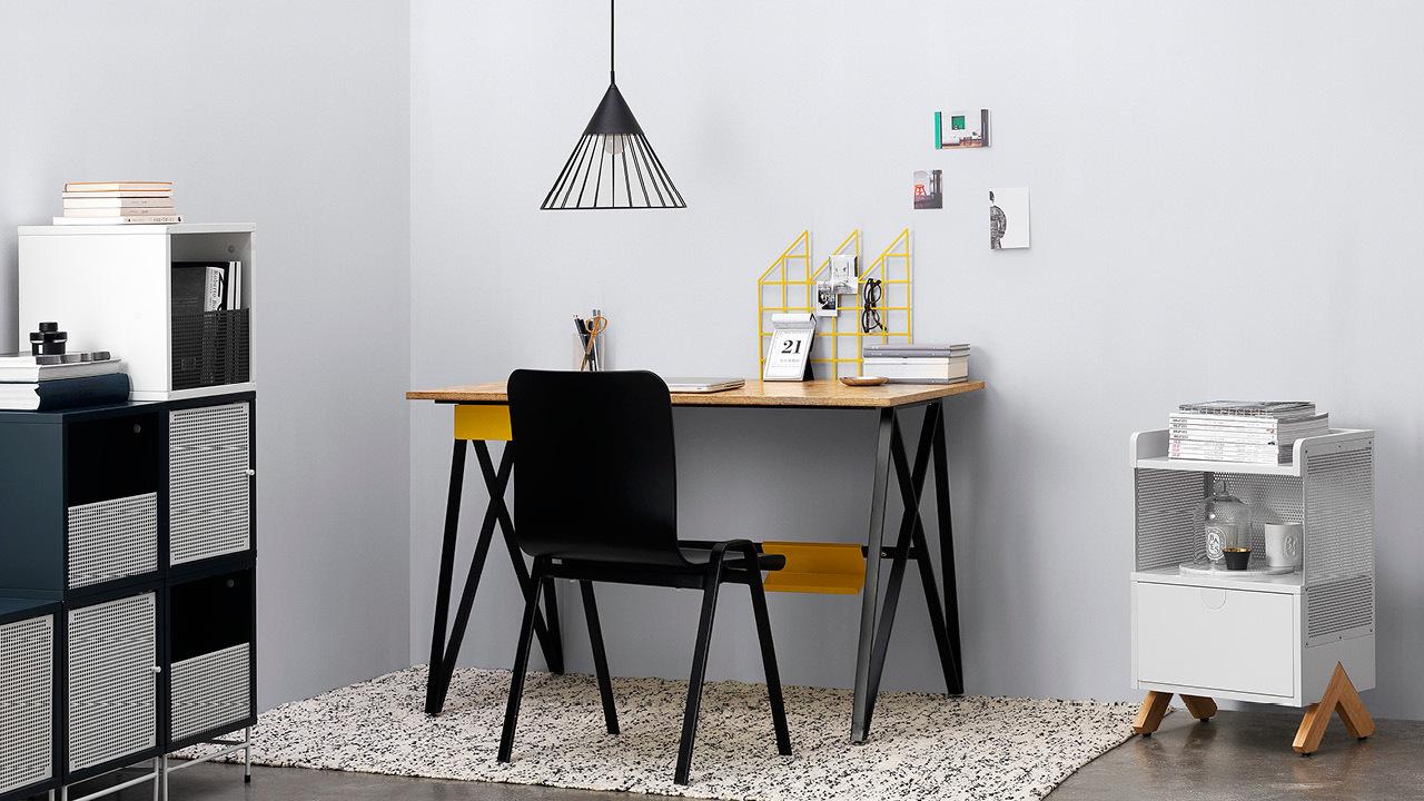 极简的铁木构造,给小型工作室一个挺拔的基调。搭配好看,耐用,符合人体工学设计的洛城椅,从此爱上伏案工作的个人天地。