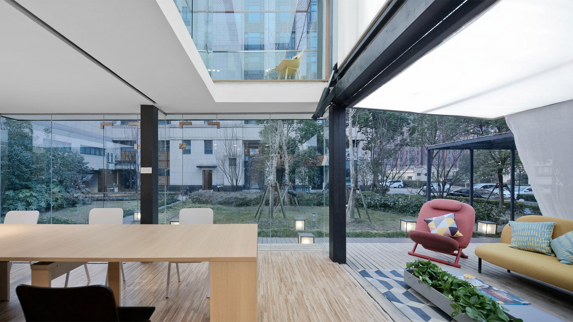 造作联手北京卫视《暖暖的新家》将72m²集装箱改造为四室八厅一厨二卫商住两用空间,一只谜盒满足收纳和置物多种需求,让办公空间免于杂乱,同时装点环境。?x-oss-process=image/format,jpg/interlace,1