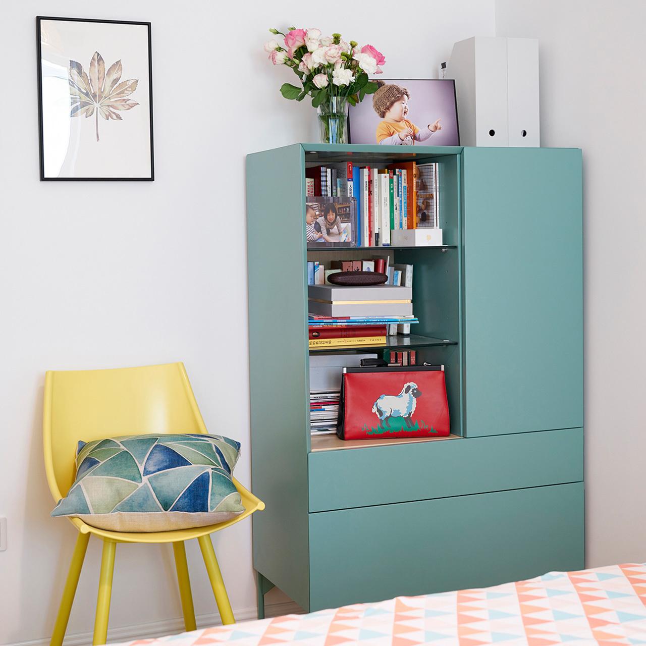 ▲  床侧装饰画小一点,不要抢了大件柜子和椅子的风采
