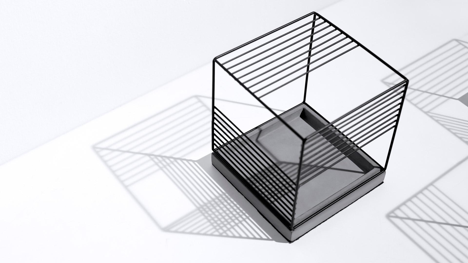 水泥底盘与金属架采用可分离设计,金属架其中一面可内嵌于水泥底盘,面与线的别致游戏,自由掌控光与气的呼吸吐纳。?x-oss-process=image/format,jpg/interlace,1