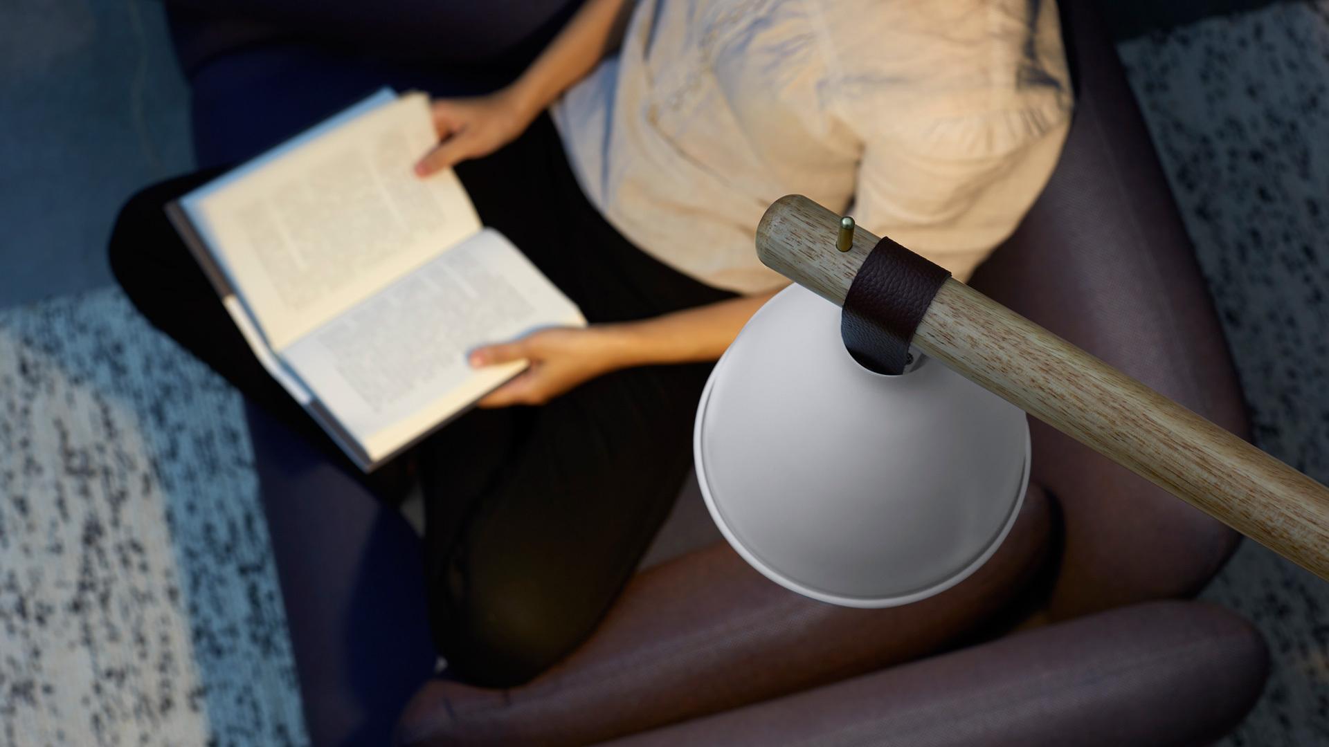 应用于沙发落地灯,和深浅色彩的主沙发和边沙发搭配,和谐自然地融入,为客厅拉出漂亮的层次。