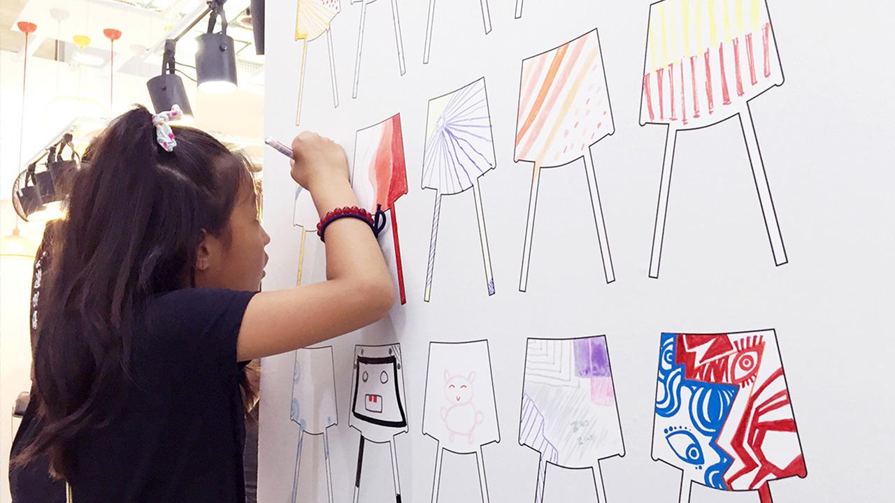 第一天的展览中,这块画板就已经被大家的创想火花迅速铺满,感叹这些创造力的同时,我们又赶紧立起来面积更大的画板,接下来的两天内,又收获了多到溢出来的好作品。小朋友和大朋友们真棒!