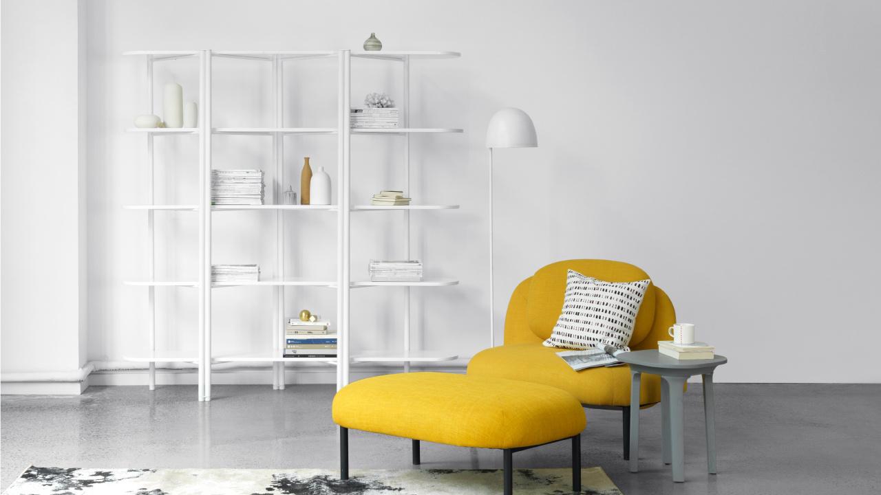 起居层次感怎么破?用同系列的单人沙发和脚墩解决问题吧,添一把边几和一盏落地灯,一个单人阅读角的出现,平淡的客厅节奏也跳跃了起来。